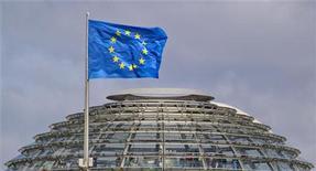 <p>Drapeau européen sur le dôme du palais du Reichstag, siège du Bundestag. Le gouvernement conservateur allemand et l'opposition sociale-démocrate (SPD) sont parvenus jeudi à un accord sur des mesures en faveur de la croissance. Cet accord permettra la ratification le 29 juin par le parlement du pacte budgétaire européen et du Mécanisme européen de stabilité financière (MES). /Photo d'archives/REUTERS/Thomas Peter</p>