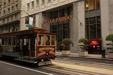 <p>Le titre Wells Fargo sera particulièrement suivi jeudi à Wall Street alors que la quatrième banque américaine par l'actif envisage de délocaliser certains emplois hors des Etats-Unis dans le cadre de son plan de réductions des coûts. /Photo prise le 28 mars 2012/REUTERS/Robert Galbraith</p>