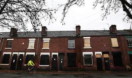 <p>Maisons abandonnées à Stoke-on-Trent, dans le centre de l'Angleterre. Selon l'un des plus hauts responsables de l'administration britannique dont les propos ont été rapportés par des médias, le Royaume-Uni n'a réalisé que le quart de son plan de réduction du déficit, et les coupes budgétaires pourraient devoir se poursuivre jusqu'en 2020. /Photo d'archives/REUTERS/Phil Noble</p>