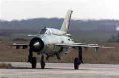 Истребитель МиГ-21 хорватских ВВС приземляется на аэродроме Пулы 9 марта 2000 года. Пилот военно-воздушных сил Сирии в четверг пересек границу Иордании на истребителе МиГ-21, что стало первым случаем бегства на военном самолете с начала протестов против президента Башара Асада. REUTERS/Nikola Solic
