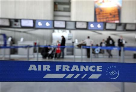 Passengers check-in at Air France desk in Nice International airport February 7, 2012 as the main pilots' union and Air France's top unions called for a four-day strike across the aviation sector to protest against a draft bill aimed at ensuring a minimum service for air travellers during industrial action. REUTERS/Eric Gaillard