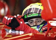 O piloto de Fórmula Um Felipe Massa senta-se em seu carro durante um treino no Circuito Gilles Villeneuve em Montreal, 9 de junho de 2012. Massa, da Ferrari, considera que poderia se tornar, contra todos os prognósticos, o oitavo piloto a vencer uma prova na atual temporada da Fórmula 1. REUTERS/Chris Wattie