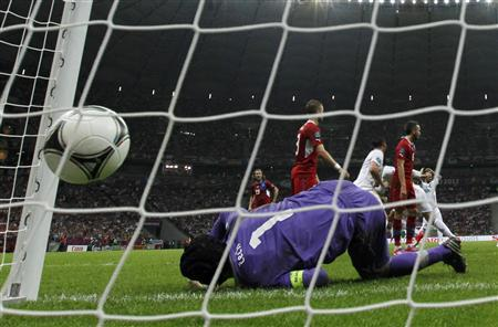 Czech Republic's goalkeeper Petr Cech fails to make a save after Portugal's Cristiano Ronaldo shoot during their Euro 2012 quarter final soccer match in Warsaw, June 21, 2012. REUTERS/Petr Josek