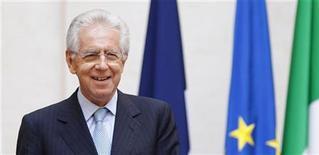 <p>Les dirigeants des poids lourds de l'euro -la chancelière allemande Angela Merkel, le président français François Hollande, le président du Conseil italien Mario Monti (photo) et le président du gouvernement espagnol Mariano Rajoy- se réunissent ce vendredi à Rome pour tenter de s'accorder sur les contours d'un paquet de mesures de relance économique et de stabilisation financière susceptible de rassurer les marchés et déminer le terrain avant le Conseil européen des 28 et 29 juin. /Photo prise le 14 juin 2012/REUTERS/Max Rossi</p>