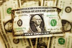 Помятая банкнота в один доллар США, сфотографированная в Торонто, 22 октября 2008 года. Фонды, ориентированные на российские акции, уже девять недель не могут переломить отрицательную динамику средств на фоне неприятия инвесторами риска в условиях замедления мировой экономики. REUTERS/Mark Blinch