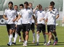 Футболисты сборной Германии тренируются на стадионе в Гданьске, 19 июня 2012 года. Сборные Германии и Греции встретятся в пятницу в четвертьфинале чемпионата Европы. REUTERS/Thomas Bohlen