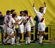 """Игроки """"Райо Вальекано"""" празднуют гол в ворота """"Барселоны"""" в матче чемпионата Испании 7 декабря 2002 года. """"Райо Вальекано"""" назначил своего бывшего игрока Пако Хемеса новым наставником вместо Хосе Рамона Сандоваля, сообщил в пятницу представитель испанской Примеры. REUTERS/Desmond Boylan"""