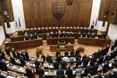 Члены словацкого парламента на первом заседании нового Национального Совета Словацкой Республики в Братиславе, 4 апреля 2012 года. Парламент Словакии после двух дней горячих дебатов одобрил создание постоянного фонда помощи еврозоне - Европейского механизма стабильности (ESM). REUTERS/Radovan Stoklasa