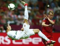 Cristiano Ronaldo, de Portugal, chuta a bola em frente a Michal Kadlec, da República Tcheca, durante partida das quarta-de-final no Estádio Nacional de Varsóvia. 21/06/2012 REUTERS/Kai Pfaffenbach