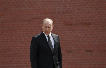 Russian President Vladimir Putin takes part in a wreath laying ceremony to commemorate the beginning of the Great Patriotic War against Nazi Germany in 1941 at the Tomb of the Unknown Soldier in Moscow June 22, 2012. REUTERS/Maxim Shemetov