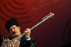 Азербайджанский певец и музыкант Ашиг Расул Горбани выступает на 22-й межуднародном фестивале музыки Fajr в Тегеране 3 января 2007 года. Полиция Баку арестовала журналиста и правозащитника, чей видеоклип с шуточной импровизацией в фольклорном стиле стал хитом русскоязычного интернета и пополнил ассортимент сатирических мемов в арсенале критиков Кремля. REUTERS/Morteza Nikoubazl