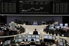 <p>En Bourse de Francfort. Faute de pouvoir obtenir l'accord de l'ensemble des Etats de l'Union européenne dans le dossier de la taxe sur les transactions financières, l'Allemagne a décidé vendredi de concentrer ses efforts sur un petit groupe d'Etats afin que cet instrument critiqué par de nombreux pays puisse voir le jour. /Photo prise le 22 juin 2012/REUTERS/Remote/Tobias Schwarz</p>