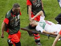 Hélder Postiga, de Portugal, reage após sofrer lesão e é levado em uma maca durante partida das quartas-de-finais contra a República Tcheca pela Eurocopa, em Varsóvia. 21/06/2012 REUTERS/Leonhard Foeger