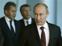 Путин идет вместе с Сечиным и Шойгу во время экономического форума в Петербурге, 21 июня 2012 года. Первая презентация программы третьего срока Владимира Путина перед инвесторами понравилась сопровождавшим российского президента чиновникам, но встретила сдержанную реакцию тех, кому была направлена: бизнесмены, экономисты и финансисты обнаружили иммунитет к словам, спрос на действия и неверие в готовность Кремля к реформам без внешних шоков, угрожающих устойчивости путинской модели экономики и вертикали власти. REUTERS/Sergei Karpukhin (RUSSIA - Tags: POLITICS)