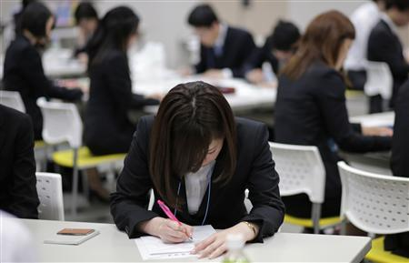 Japanese job-hunting students dressed in suits attend a business manners seminar at a placement centre in Tokyo May 28, 2012. REUTERS/Toru Hanai