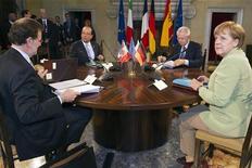 Мариано Рахой, Франсуа Олланд, Марио Монти и Ангела Меркель (слева направо) на встрече в Риме 22 июня 2012 года. Лидеры Германии, Франции, Италии и Испании в пятницу согласовали программу поддержки роста в еврозоне стоимостью 130 миллиардов евро ($156 миллиардов). REUTERS/Lionel Bonaventure/Pool