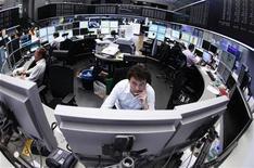Трейдеры работают в торговом зале биржи во Франкфурте-на-Майне, 11 июня 2012 года. Европейские акции снижаются третью сессию подряд, так как рынки не возлагают больших надежд на очередной саммит Евросоюза, который состоится в четверг и пятницу. REUTERS/Alex Domanski