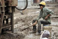 Рабочий на стройплощадке в деловом центре Пекина, 25 июня 2012 года. Прогнозы роста экономики Китая на 2012 год - под угрозой, так как внутренний спрос сокращается, а европейский долговой кризис углубляется, усложняя ситуацию для Пекина, который готовится к передаче власти. REUTERS/Jason Lee