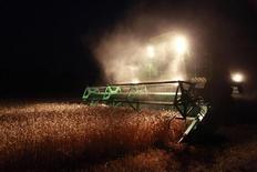 Комбайн собирает урожай пшеницы на поле недалеко от сельского поселения Константиновское в 60 км от Ставрополя, 22 июля 2011 г. Министерство сельского хозяйства РФ снизило прогноз валового урожая зерновых и зернобобовых до 85 миллионов тонн в 2012 году с 94 миллионов тонн, ожидавшихся ранее.  REUTERS/Eduard Korniyenko
