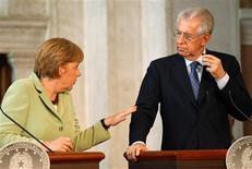 El Gobierno de Italia ha pedido cuatro mociones de confianza en el Parlamento sobre su polémica reforma laboral para aprobarla antes de que el primer ministro, Mario Monti, asista el jueves a una cumbre de la Unión Europea en Bruselas. En la imagen, la canciller alemana, Angela Merkel (a la izquierda) habla con el primer ministro italiano, Mario Monti, en una rueda de prensa en Villa Madama, en Roma, el 22 de junio de 2012. REUTERS/Max Rossi