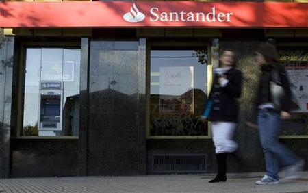 People walk past a Santander bank branch in central Madrid, November 10, 2008. REUTERS/Paul Hanna/Files