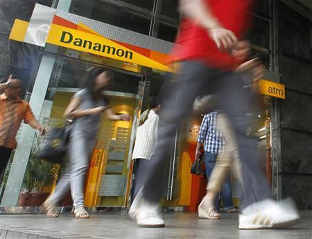 People walk near the automatic teller machines (ATM) of Danamon Bank in Jakarta June 1, 2012. REUTERS/Enny Nuraheni