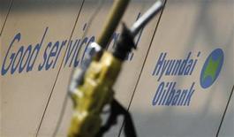 Заправочная станция Hyundai Oilbank в Сеуле, 29 марта 2012 года. Южная Корея прекратит закупки нефти в Иране с 1 июля, когда в Евросоюзе вступит в силу запрет на страхование танкеров с иранской нефтью, сообщило правительство Южной Кореи. REUTERS/Kim Hong-Ji