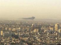 Дым виднеется над Дамаском 14 июня 2012 года. Сирийские правительственные войска и повстанческие силы во вторник ведут ожесточенные бои в пригородах Дамаска, сообщили активисты о самых кровопролитных столкновениях у столицы с начала восстания 16 месяцев назад. REUTERS/Shaam News Network/Handout