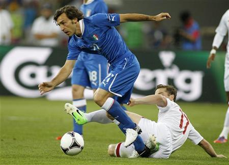 England's Scott Parker (R) tries to tackle Italy's Andrea Pirlo (L) during their Euro 2012 quarter-final soccer match at the Olympic Stadium in Kiev, June 24, 2012. REUTERS/Gleb Garanich