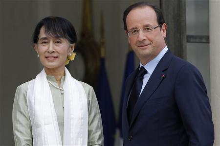Myanmar pro-democracy leader Aung San Suu Kyi (L) is welcomed by French President Francois Hollande as she arrives on the first day of a three-day visit at the Elysee Palace in Paris June 26, 2012. REUTERS/Gonzalo Fuentes