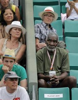 Richard Williams (R) of the U.S., father of Serena and Venus, watches the match between Venus Williams of the U.S. and Agnieszka Radwanska of Poland during the French Open tennis tournament at the Roland Garros stadium in Paris May 30, 2012. REUTERS/Gonzalo Fuentes