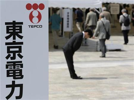 Tokyo Electric Power Co (TEPCO) staff bows deeply as shareholders enter the venue of the company's annual general shareholders' meeting in Tokyo June 27, 2012. REUTERS/Toru Hanai