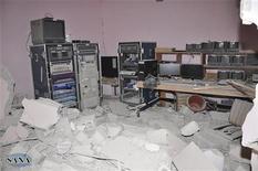 Поврежденная монтажная в штаб-квартире телеканала Al-Ikhbariya недалеко от Дамаска 27 июня 2012 года. Вооруженные люди в среду штурмовали штаб-квартиру проправительственного сирийского телеканала в 20 километрах от Дамаска, взорвав здания и расстреляв троих сотрудников, сообщили государственные СМИ. REUTERS/SANA