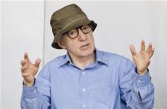 """O diretor norte-americano Woody Allen gesticula em uma entrevista no centro de Roma, na Itália. Depois do sucesso do ano passado """"Meia-noite em Paris"""", o cineasta está de volta com outra comédia passada na Europa, """"Para Roma com Amor"""", na qual ele também atua. 14/07/2011 REUTERS/Remo Casilli"""