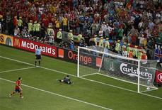 O espanhol Cesc Fabregas (esquerda) marca o gol de pênalti que venceu a partida contra Portugal durante a semi-final da Eurocopa na Donbass Arena em Donetsk, na Ucrânia. 27/06/2012 REUTERS/Yves Herman