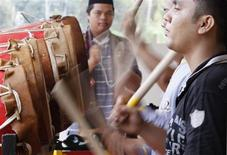 Malaysians of the Mandailing ethnic group perform Gordang Sambilan or Nine Great Drums, in Banting outside Kuala Lumpur June 27, 2012. REUTERS/Bazuki Muhammad