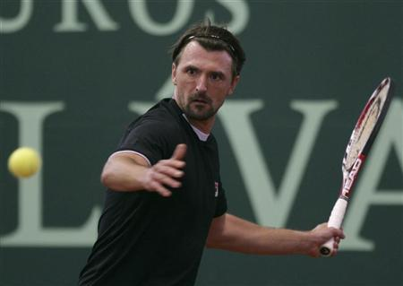 Goran Ivanisevic of Croatia returns the ball to Pat Cash of Australia at the ATP Champions Tour tournament in Bogota March 18, 2010. REUTERS/John Vizcaino
