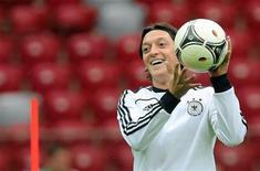 Игрок сборной Германии Месут Озил на тренировке команды в Варшаве 27 июня 2012 года. Сборные Германии и Италии сыграют в полуфинале чемпионата Европы в четверг. REUTERS/Agencja Gazeta/Kuba Atys