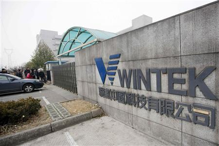 People crowd outside a factory owned by Wintek, the Taiwanese company making touch screens on contract for Apple, in Suzhou, Jiangsu province in this February 18, 2011 file photo. REUTERS/Aly Song/Files