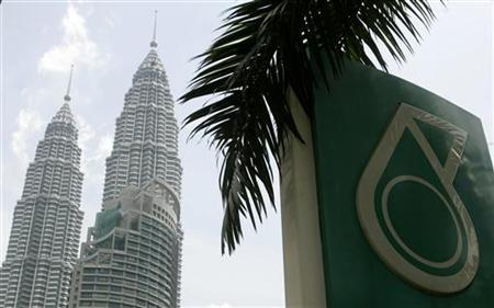 A Petronas logo is seen near its twin towers in Kuala Lumpur June 28, 2007. REUTERS/Zainal Abd Halim