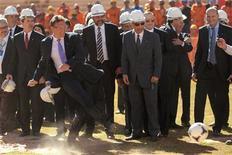 Secretário-geral da Fifa, Jérôme Valcke, chuta bola durante visita para inspecionar as obras do estádio para a Copa do Mundo de 2014, no estádio Mané Garrincha, em Brasília. 28/06/2012 REUTERS/Ueslei Marcelino
