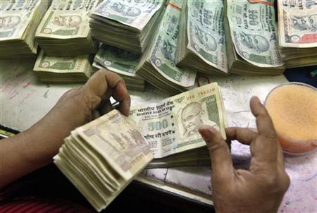 An employee counts rupee notes at a cash counter inside a bank in Kolkata June 18, 2012. REUTERS/Rupak De Chowdhuri