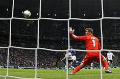 O italiano Mario Balotelli (centro) marca um gol contra o goleiro alemão Manuel Neuer durante a semifinal da Eurocopa 2012 no Estádio Nacional em Varsóvia, na Polônia. 28/06/2012 REUTERS/Kai Pfaffenbach