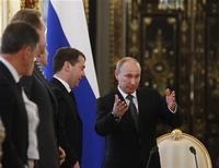 Российский президент Владимир Путин на встрече с членами правительства в Кремле 28 июня 2012 года. Президент РФ Владимир Путин поделился с правительством взглядами на бюджетную политику, поставив перед премьером Дмитрием Медведевым ряд взаимоисключающих задач - выполнить все социальные обязательства и модернизировать экономику с одной стороны, а с другой - снизить зависимость бюджета от цен на нефть и защитить его от надвигающегося кризиса. REUTERS/Sergei Karpukhin