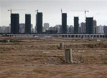Строящиеся здания в районе Цянхай китайского города Шэньчжэнь, 16 мая 2012 года. Китай в пятницу объявил о мерах по созданию экспериментальной деловой зоны в южном городе Шэньчжэнь, которая станет его главным инструментом для интернационализации юаня и углубления связей с Гонконгом. REUTERS/Bobby Yip