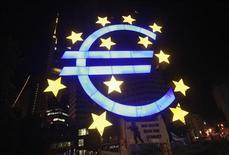 Символ единой европейской валюты перед зданием ЕЦБ во Франкфурте-на-Майне, 29 июня 2012 года. Курс евро к доллару резко поднялся после сообщения о договоренности лидеров Европы о помощи Испании и Италии. REUTERS/Alex Domanski