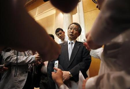 Nomura Holdings Inc Chief Executive Kenichi Watanabe (C) is surrounded by reporters after a news conference at the company's headquarters in Tokyo June 29, 2012. REUTERS/Yuriko Nakao
