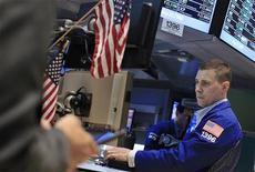Трейдер на Нью-Йоркской фондовой бирже, 22 июня 2012 года. Американские рынки акций открылись ростом, так как лидеры еврозоны договорились о помощи Испании и Италии. REUTERS/Shannon Stapleton