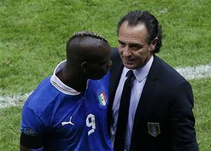 Italy's coach Cesare Prandelli (R) talks to Mario Balotelli after leaving the pitch during their Euro 2012 semi-final soccer match against Germany at the National Stadium in Warsaw June 28, 2012. REUTERS/Leonhard Foeger