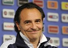 Técnico da Itália, Cesare Prandelli, vai a coletiva de imprensa em Cracóvia. Prandelli disse que vai se concentrar nos pontos fracos da Espanha no curto espaço de tempo que ele tem para preparar sua equipe para a final da Eurocopa 2012 no domingo. 29/06/2012 REUTERS/Pawel Ulatowski